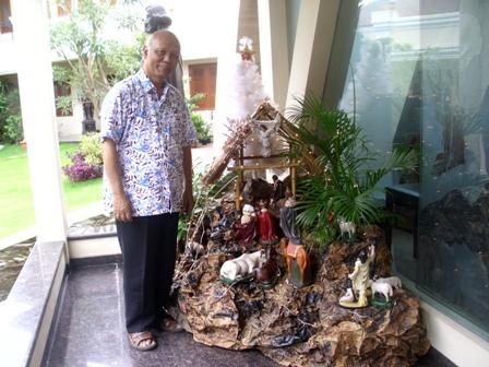 Tampak Uskup Agung Semarang, Mgr Johannes Maria Pujasumarta, sedang bersantai di samping goa Natal di kantornya Jalan Pandanaran 13 Semarang