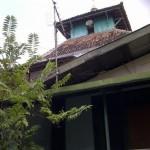 Masjid Annur (Masjid Menyanan) hanya terlihat bagian atapnya karena dikelilingi gedung-gedung tinggi dan perkampungan padat penduduk