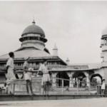 Sebuah Mesjid di Ambon di tahun 1945 (Sumber: kitlv.nl)