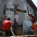 SALIB: Salah satu bagian visualisasi prosesi drama penyaliban Yesus di Gereja Katedral St Perawan Maria Ratu Rosario Suci, Kota Semarang, Jumat (18/4) pagi.