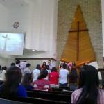 Pembina Anton sedang memimpin jemaat remaja ketika melakukan berdoa.