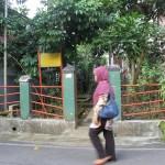 Seorang perempuan melintas di depan Petilasan Mbah Alian, di Perumahan Wahyu Utomo RT2/RW4 Kelurahan Tambakaji Ngaliyan.