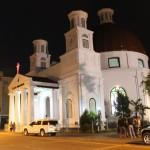 MENGABADIKAN GAMBAR: Beberapa orang mengabadikan gambar di depan Gereja Immanuel atau Gereja Blenduk yang dulu pernah ditumpangi umat Katolik Semarang beribadat sebelum ada Gereja Gedangan