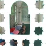 BERJAMAAH: Satu shaf jamaah Masjid Menara melaksanakan sholat duhur berjamaah.