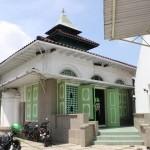 HENDAK SHOLAT: Salah satu jamaah menuju bangunan utama, hendak sholat di masjid Masjid Menara, Semarang