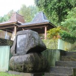 PEMAKAMAN KHUSUS TRIJAYA: Batu hitam pertanda peresmian pemakaman khusus perguruan Trijaya di Desa Dukuh Tengah, Kecamatan Bojong, Kabupaten Tegal.