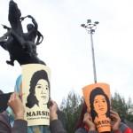MEMAKAI TOPENG: Dua perempuan peserta obor marsinah mengenakan topeng Marsinah