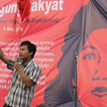 ORASI: Perwakilan Obor Marsinah Semarang, Yayan M Royani melakukan orasi di panggung rakyat