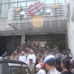 Massa FPI gagal masuk ke sebuah cafe di Sragen (Foto: joglosemar.co)