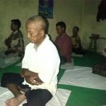 Warga Sapto Dharmo sedang melakukan ritual sujudan di Sanggarnya