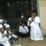 Romo Budi sedang meniup saksofon diiringi oleh Grup Qasidah el-Bita