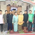 Foto Bersama Aktifis eLSA: Keluarga mempelai perempuan foto bersama dengan aktifis Lembaga Studi Sosial dan Agama (eLSA) Semarang.