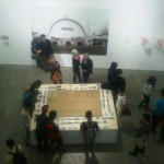 Pengunjung sedang menikmati pameran Koloniale Tentoonstelling