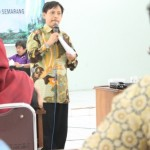 """Menyampaikan Materi: Dr Fachruddin Mangunjaya menyampaikan materi pada seminar """"agama ramah lingkungan"""" Jumat, (14/11/14) di Audit 1 IAIN Semarang."""