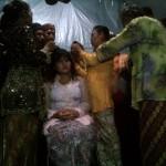 "Mempelai perempuan Dwi Winarti (16) dicukur sebagian rambutnya. Pencukuran rambut disebut ""Cukur Gombang"" yang merupakan tradisi Sedulur Sikep sebelum digelar Pasuwitan atau Perkawinan. [Foto: Nazar]"