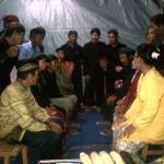 """Tradisi """"Pasuwitan"""" digelar untuk mempelai pengantin dari Sedulur Sikep, Kabupaten Kudus. Masing-masing keluarga dari laki-laki dan perempuan saling berhadapan.  [Foto: Nazar]"""