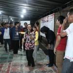 Peserta kemah pemuda lintas agama sedang melakukan permainan untuk menanamkan kebersamaan. [Foto: Ceprudin]
