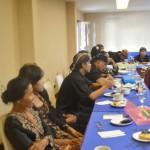 Warga Sedulur Sikep sedang mendengarkan cerita pengalaman dari sesama anggotanya. [Foto: Salam]