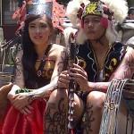 1.Maskot Kalimantan: Sepasang Maskot Kalimantan lengkap mengenakan pakaian adat menaiki becak dalam Pentas Seni Budaya Indonesia Interbasional (PSBII), Sabtu (18/4/15). [Foto: Ceprudin]
