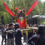 2.Arak Mayat: Salah satu tradisi di Toraja adalah ritual arak mayat sebelum dimakamkan berupa peti mati dengan disertai tanduk kerbau dipentaskan pada Pentas Seni Budaya Indonesia Interbasional (PSBII), Sabtu (18/4/15). [Foto: Ceprudin].