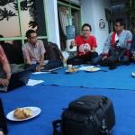 Khoirul Anwar (kaos merah) dan Ardik FS (kedua dari kiri) saat menjelaskan materi tentang prostitusi. Foto: Abdus Salam