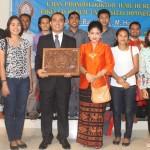 Foto Bersama: Usai dinyatakan lulus, Umbu Rauta foto bersama dengan mahasiswanya di MIH UKSW. Foto: Ceprudin.
