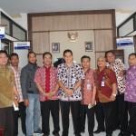 Staf Ahli Bupati Brebes, Dr. Angkatno (tengah), berfoto dengan perwakilan penghayat dan SKPD di lingkungan Kabupaten Brebes. [Foto: Salam]