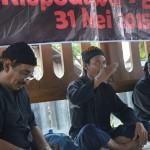 Budi Santoso (tengah) mendedah sejarah perkembangan Sedulur Sikep di Kudus dalam sarasehan Sedulur Sikep di Blora, Minggu (31/5). [Foto: Salam]