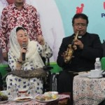 Ibu Shinta Nuriyah menyampaikan refleksinya dengan diiringi lantunan Saxophone. [foto: cahyono]