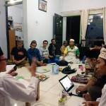 Para santri sedang memperhatikan penjelasan tentang pemikiran Ibnu Rusyd [Foto: Ubed]