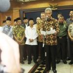 Gubernur Jawa Tengah Ganjar Pranowo didampingi Forkominda serta Ormas Keagamaan membacakan isi pernyataan bersama peningkatan keamanan dan ketertiban di Jateng. [Foto: Ceprudin]