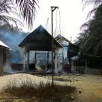 Berjaga: Seorang polisi berjaga-jaga tak jauh dari lokasi pembakaran gereja di Aceh Singkil beberapa waktu lalu. Sumber Foto: beritagar.id