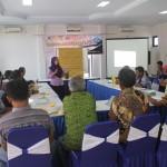 Caption: Anis Fitria memberikan materi keuangan dan koperasi dalam pelatihan manajemen keuangan kepada warga Sapta Darma. Foto: Ceprudin
