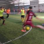 Penyerang eLSA FC menendang bola ke arah gawang lawan saat berlangsungnya pertandingan futsal piala Ahamadiyah di Stadion Raja Futsal Semarang. Minggu (1/11) Foto: Munif Ibnu