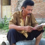"Tokoh Sedulur Sikep Kabupaten Kudus, Budi Santoso, melantunkan pangkurnya yang berjudul ""Saripatineng Agomo"", Sabtu (16/1/16). [Foto: KA]"