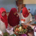 Ibu-Ibu dari Dukuh Ngelo bekerjasama dalam menyusun dan menghias tumpeng dalam acara lomba tumpeng yang digelar oleh Lembaga Studi Sosial dan Agama (eLSA) Semarang. Foto Abdus Salam