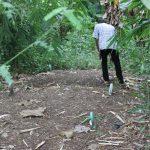 Membersihkan Makam: Salah satu penganut Sapta Darma sedang membersihkan makam yang berada di Desa Sigentong Kecamatan Wanasari. Foto: Ceprudin