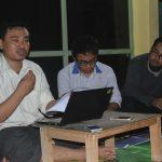 "Nazar Nurdin (kiri) mempresentasikan 'UU ITE dan Kebebasan Berpendapat' dalam diskusi publik dengan tema ""Problem Epistemologis Penodaan Agama"" di Kantor eLSA, Jumat (9/9) malam. [Foto: Cahyono]"