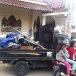 Masjid Baitul Ma'mur dan mobil yang bekas digunakan kelompok penolak untuk berorasi. [Foto: TKh]