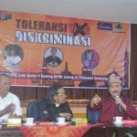"""Pengasuh Pondok Pesantren Multi Agama Soko Tunggal Semarang KH Nuril Arifin (pegang mic), dalam diskusi """"Toleransi yang Diskriminatif"""" di Gedung DPRD Jateng, (20/12). [Foto: Cahyono]"""