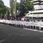 Peserta Ngartun Bareng menyampaikan pesan yang mereka tulis. [Foto: Thalkhah'