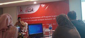 KH. Abu Hapsin (berpeci) berkisah tentang latar belakang pendirian ELSA. [Foto: Salam]